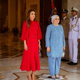 Während eines offiziellen Termins in Ägypten beweist Königin Rania erneut ihr strategisches Feingefühl und Stilbewusstsein. Das auffällige, rote Midikleid stammt vom ägyptischen DesignerAndrew Gn und unterstreicht besonders gut die moderne Denkweisedes Königshauses.