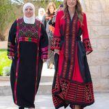 Königin Rania von Jordanienbesucht Frauen aus den umliegenden Provinzen Amman. Natürlich ist ihr umwerfendes Kleid des Labels Kanz by Maha Khader eine Hommage an die Tradition des Landes.