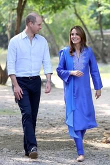 Der zweite Tag startet für das strahlende Paar mit dem Besuch einer Schule in Islamabad. Herzogin Catherine trägt ein blaues Ensemble mit Stickerei. Die traditionelle Kreation stammt aus der Feder von Designerin Maheen Khan.