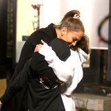 """13. Oktober 2019  Kuschelalarm! Jennifer Lopez bekommt am Set ihres neuen Film """"Marry Me"""" spontan Besuch von ihren Zwillingen Emme und Max. Und wie sie selbst auf Instagram schreibt, liebt sie solche schönen Überraschungen."""