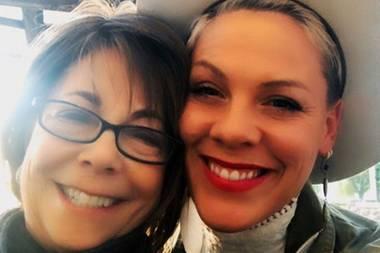 Da freuen sich zwei mit demselben unverkennbaren Lächeln: Mama Judy ist zu Besuch bei Superstar Pink.