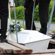 Schreck-Situation in Irland: Beim Herablassen des Sarges ertönt auf einmal die Stimme des Toten (Symbolbild).