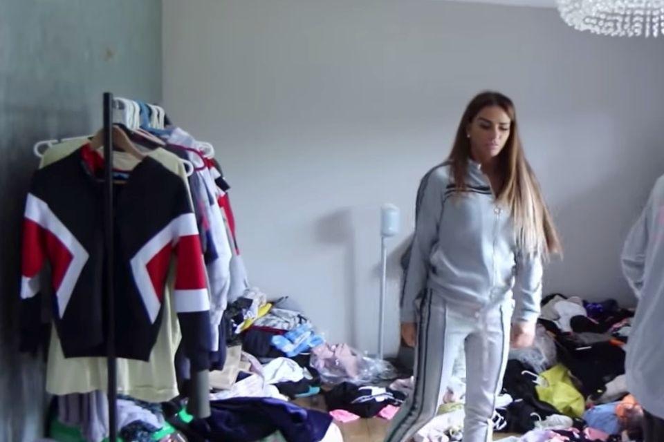 Klamotten türmen sich in ihrem Haus.