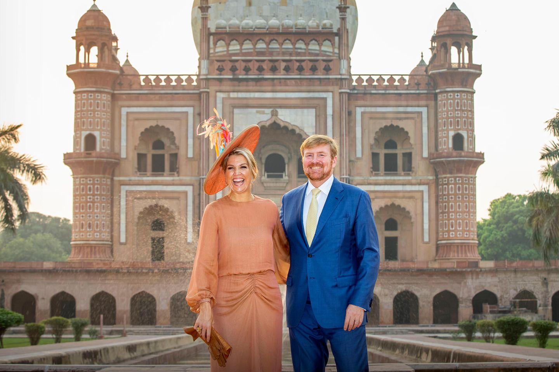 Königin Máxima und König Willem-Alexander haben sichtlich Spaß, während sie vor dem Safdarjung Mausoleum in Neu Delhi posieren.