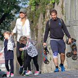 ... denn nur wenig später, tollen Sole und Celeste Trussardi im niedlichen Sternchen-Partnerlook durch den Park von Bergamo - im Schlepptau die Eltern.