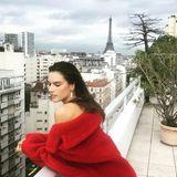 Selbst bei grauem Himmel ist der Blick über Paris einzigartig. Das weiß auch Topmodel Alessandra Ambrosio zu genießen.