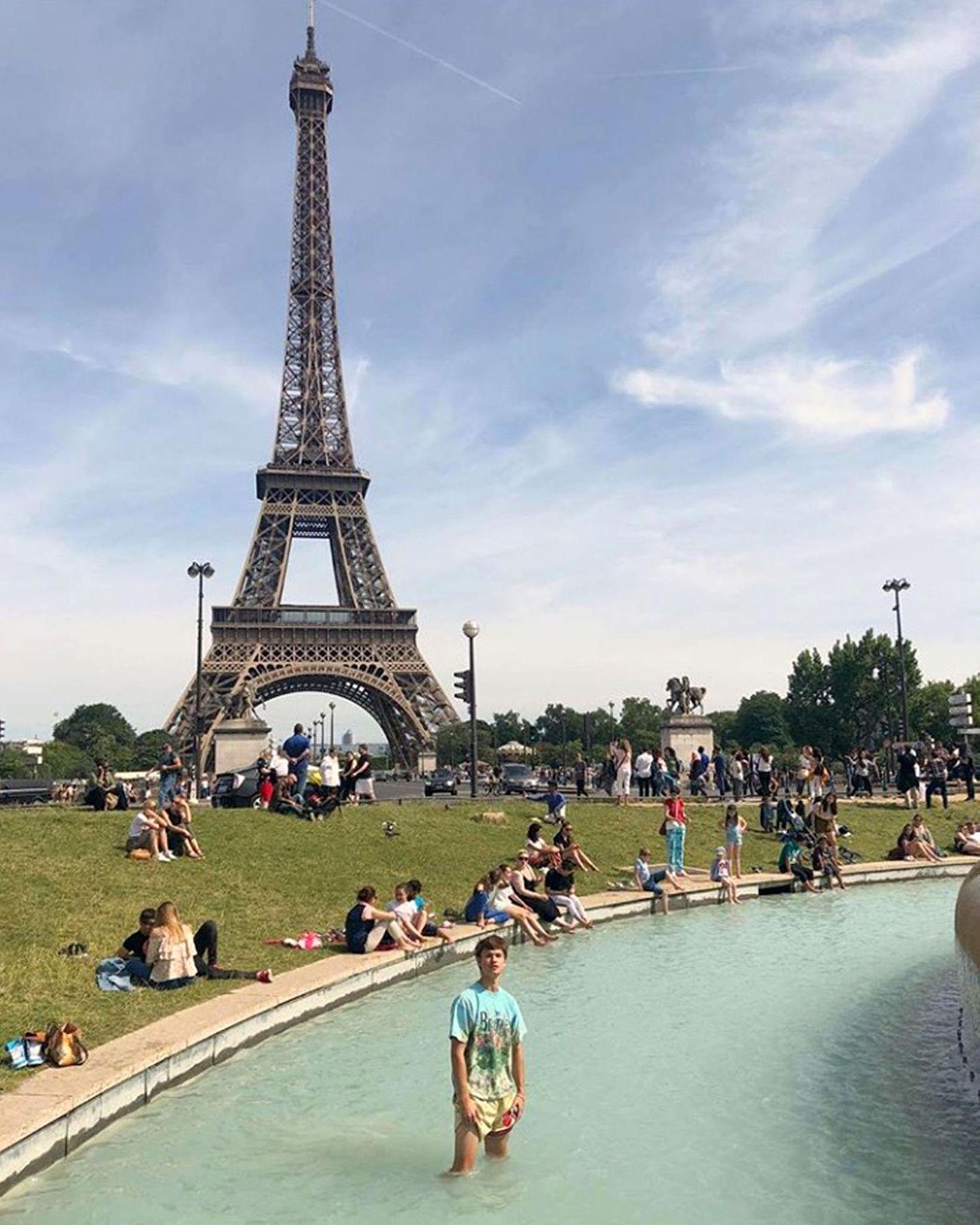 Ansel Elgort fühlt sich zwischen den ganzenPärchen unterm Eiffelturm etwas komisch und kühlt sich kurzerhand im Brunnen ab.