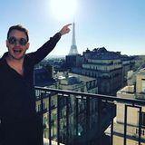 """Gerade auf die geniale Idee gekommen, ein Foto beim """"Berühren"""" der Eiffelturm-Spitze zu schießen, will sich Paris-Besucher Chris Pratt diese ganz und gar einzigartige Pose unbedingt sichern lassen."""