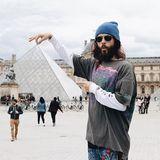 Jared Leto macht bei seinem Besuch im Pariser Louvre Fotospäßchen mit der berühmten Glaspyramide.