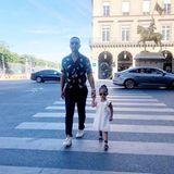 Die kleine Luna fängt früh an, Paris zu entdecken. Am liebsten an der Hand von Papa John Legend.
