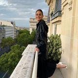 Olivia Palermo vollführt vor lFreude darüber, wieder in Paris zu sein, ein kleines Tänzchen auf dem Balkon ihres Luxushotels im 16. Arrondissement.