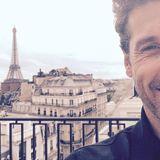 """""""Peekaboo from Paris"""" mit Blick auf den Eiffelturm. Patrick Dempsey spielt mit seinen Twitter-Fans Kuckuck."""