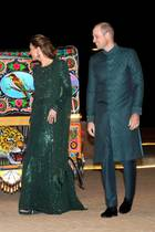 15. Oktober | Tag 2  Was für eine standesgemäße Anfahrt! Herzogin Catherine und Prinz William fahren in einen kunterbunten Tuk Tuk vor dem Pakistan Monument in Islamabad vor. Da macht man sogar als Royal große Augen ...