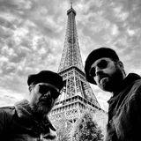 """Justin Theroux und sein Kumpel sagen am Eiffelturm """"Aurevoir Paris"""", mit passender Baskenmütze versteht sich."""