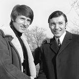 """1968  Mit anderen großen Stars der 60er Jahre werden Hände geschüttelt, wie hier in Wien mitKarel Gott (†), der """"goldenen Stimme von Prag""""."""