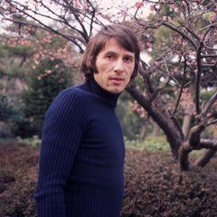 """30. September 1972  Weite Reisen gehören fortan auf Udo Jürgens Terminplan:Im japanischenTokio stellt er seinen neuen Hit""""Leave ALittle Love"""" vor. Undein Foto mit Kirschblüten im Hintergrund darf dabei nicht fehlen."""
