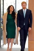 """Herzogin Meghan erscheint mit Prinz Harry zu den """"WellChild Awards"""", einer vielbeachteten Veranstaltung zur Würdigung schwerkranker Kinder und Jugendlicher und der Menschen, die versuchen, deren Leben zu verbessern.In einemfigurbetonten smaragdgrünen Wollkleid von P.A.R.O.S.H., das sie bereits für ihre Verlobungsfotos getragen hat,betritt die 38-Jährige das Royal Lancaster Hotel in London. Über den Schultern trägt sie ganz lässig einen eleganten camelfarbenen Mantel von Sentaler., den sie bereits bei ihrem ersten Weihnachtsgottesdienst auf Sandringham trug. Abgerundet wird ihrelegantes herbstliches Outfitdurch hellbraune Wildleder-Heels von Manolo Blahnik."""