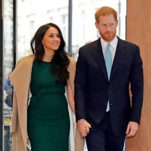 """Herzogin Meghan erscheint mit Prinz Harry zu den """"WellChild Awards"""", einer vielbeachteten Veranstaltung zur Würdigung schwerkranker Kinder und Jugendlicher und der Menschen, die versuchen, deren Leben zu verbessern.In einemfigurbetonten smaragdgrünen Wollkleid von P.A.R.O.S.H., das sie bereits für ihre Verlobungsfotos getragen hat,betritt die 38-Jährige das Royal Lancaster Hotel in London. Über den Schultern drapiert sie ganz lässig einen eleganten camelfarbenen Mantel von Sentaler, den sie bereits bei ihrem ersten Weihnachtsgottesdienst auf Sandringham trug. Abgerundet wird ihrelegantes herbstliches Outfitdurch hellbraune Wildleder-Heels von Manolo Blahnik."""