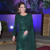 15. Oktober | Tag 2  In dem Abendkleid, dessen Farbe die Farbe die Nationalflagge Pakistans widerspiegelt, macht Kate eine wahrhaft königliche Figur.