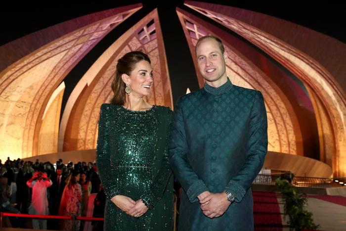 15. Oktober | Tag 2  Vor der imposanten Kulisse des Pakistan Monuments wirft Kate ihrem William einen liebevollen Blick zu und strahlt dabei über das ganze Gesicht. Ob's an des Prinzen feschen Sherwaniliegt?