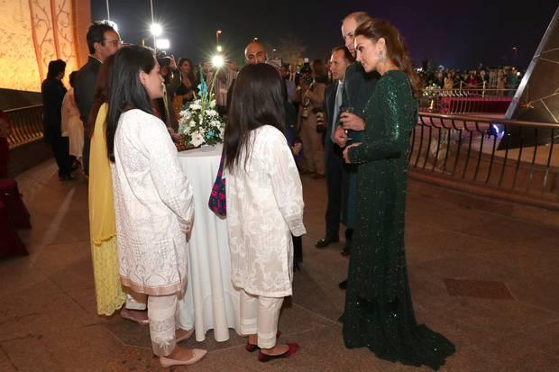 15. Oktober   Tag 2  Prinz William und Herzogin treffen in Pakistan bekannte Vertreter aus den Bereichen Kultur, Musik, Film und Kunst sowie Vertreter der Regierung. In einer Mitteilung des Palastes hieß es zuvor, das Ehepaar wolle mit so vielen Pakistani ins Gespräch kommen wie möglich. Das ist ihnen an Tag zwei ihrer Reise gelungen und somit geht nun einlanger Tag für die Royals zu Ende ...