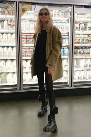 No Milk today? Doch, Model ElsaHosk hat die freie Auswahl und sieht zudem noch ziemlich cool aus vor dem Kühlregal.
