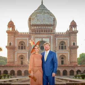 Königin Máxima + König Willem-Alexander: 15. Oktober 2019 Zum krönenden Abschluss des zweiten Tages ihrer Indien-Reise posiert des niederländische Königspaar vor dem Safdarjung Mausoleum in Neu-Delhi.