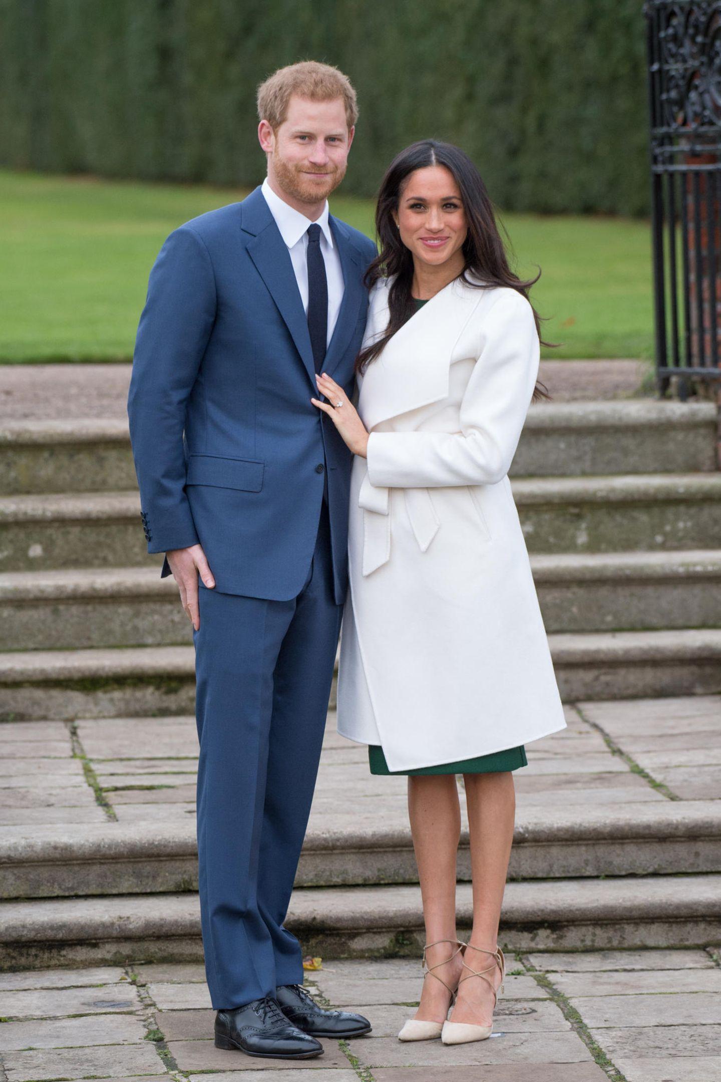 Bei der offiziellen Bekanntgabe ihrer Verlobung strahlte Meghan Markle in dem smaragdgrünen Etuikleid von P.A.R.O.S.H. Das Outfit löste damals einen riesigen Hype aus, das Kleid war umgehend vergriffen.
