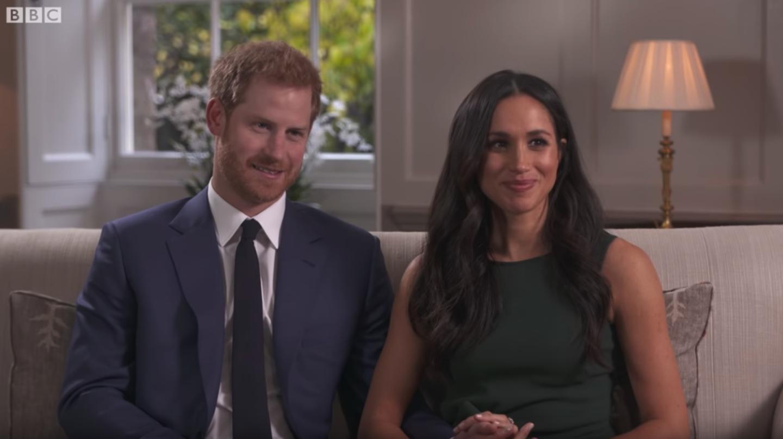 Ein Kleid für die Ewigkeit: Im Videointerview zu ihrer Verlobung werfen sich Prinz Harry und Meghan Markle verliebte Blicke zu. Doch auch ihr grünes, eng anliegendes Kleid hat seitdem Kultstatus.