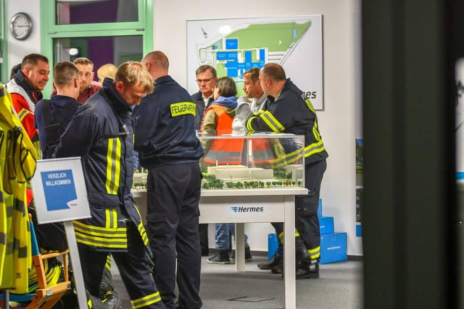Feuerwehrleute riegeln das Hermes-Gelände in Haldensleben ab. In einer Nacht waren dort zwei Mitarbeiter verstorben.