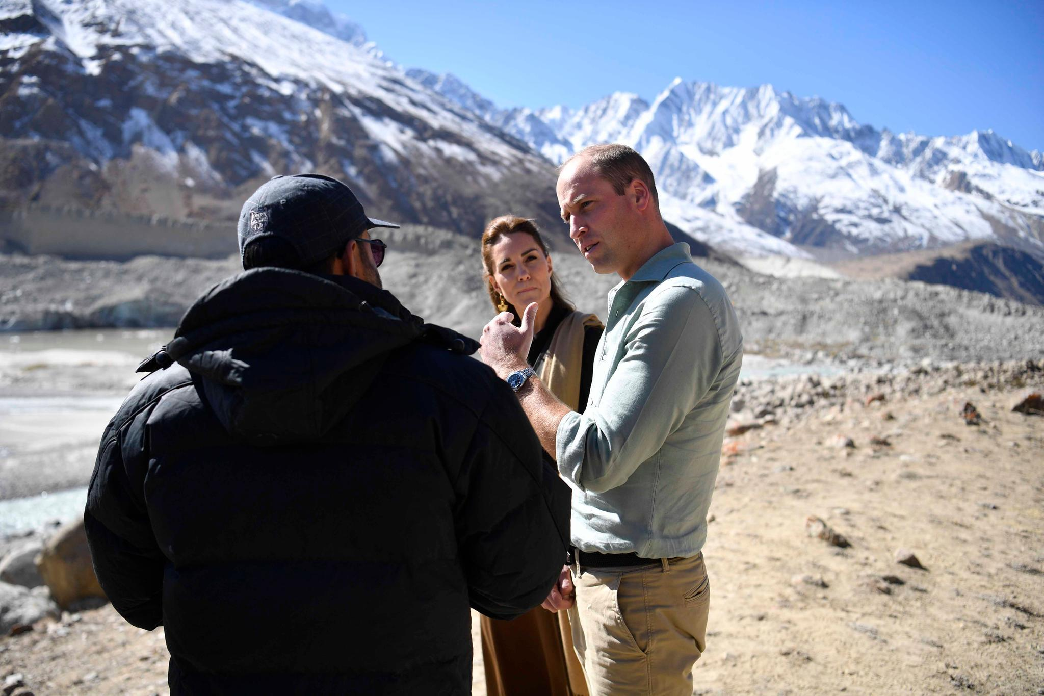 Gletscher-ExperteDr. Furrikh Bashir (l.) im Gespräch mit Herzogin Catherine und Prinz William.