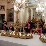 Die belgischen und luxemburgischen Royals sitzen bei einem festlichen Dinner zusammen.
