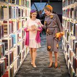 Anschließend schauen sie sich in der Bibliothek um.