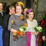 Am zweiten Tag ihrer Reise besucht Königin Mathilde mit Gastgeberin Stéphanie den Campus Belval der Universität Luxemburg. Zur Begrüßung erhalten die beiden royalen Damen einen kleinen Blumenstrauß.