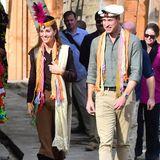 Am dritten Tag ihrer Pakistanreise reisen Herzogin Catherine und Prinz William in den Norden des Landes. Sie trägt einen hellbraunen Midirock und eine dunkelbraune Bluse, darüber hat sie sich eine coole Lederweste geworfen. Coole Stiefel mit Fransen machen den Look perfekt.