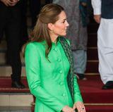 Auch bei den Accessoires setzt sie auf pakistanische Labels: Sie trägt einen dunkelgrünen Schal von Satrangi und Ohrringe von Zeen.