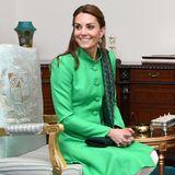 Für ein Mittagessen mit dem pakistanischen Premierminister setzt sie auf ein klassisches und doch traditionelles Ensemble. Sie trägt einen knallgrünen Mantel von Catherine Walker, den sie zu einem Termin in England wahrscheinlich als Kleid getragen hätte. Hier kombiniert sie eine weiße Hose von Maheen Khan. Grün und Weiß sind die Farben der pakistanischen Flagge, bei diesem Look wurde gewiss nichts dem Zufall überlassen.