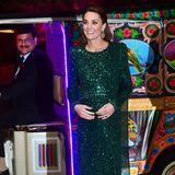 Am Abend zuvor zeigte sie sich glamourös und elegant. In einer glitzernden, dunkelgrünen Robe von Jenny Packham setzt Catherine ihre zierliche Figur in Szene. Um den Look dem Anlass entsprechend aufzuwerten, trägt sie eine bestickte Stola.
