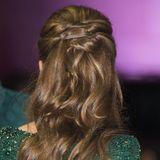 Ihr brünettes Haar hat sie - wie auch schon tagsüber - halb hochgesteckt und den unteren Teil in leichte Locken gedreht.