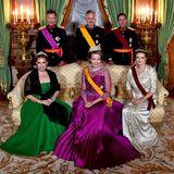 Zusammen mit Großherzog Henri und Großherzogin Maria Teresa sowie den Gästen König Philippe und Königin Mathilde posieren Guillaume und Stéphanie für ein Erinnerungsfoto.