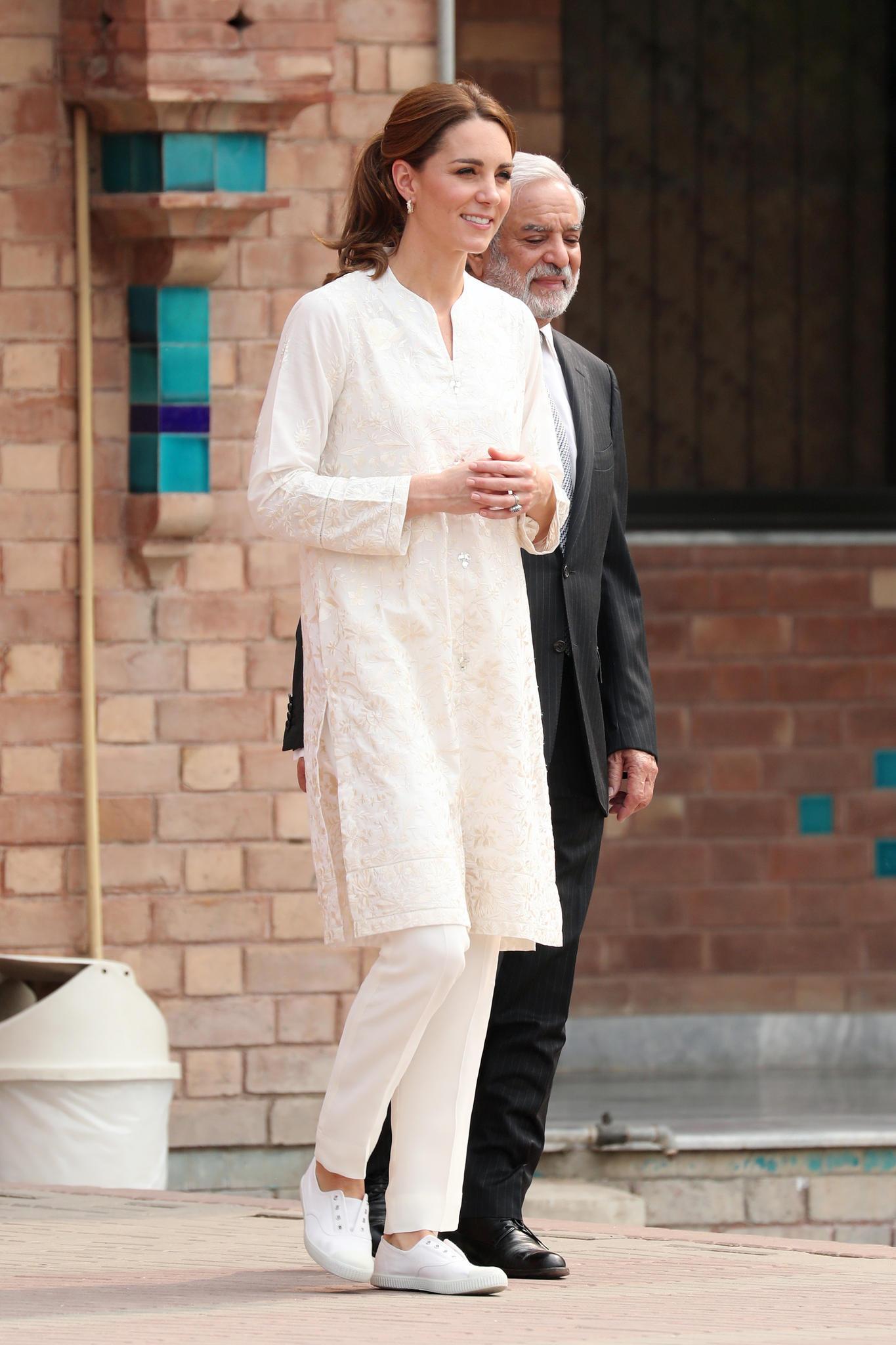 Bei einem Cricket-Matchin Lahore strahlt Herzogin Catherine in Weiß.