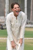 Herzogin Catherine kann beim Cricket Spielen vor Lachen nicht mehr an sich halten.
