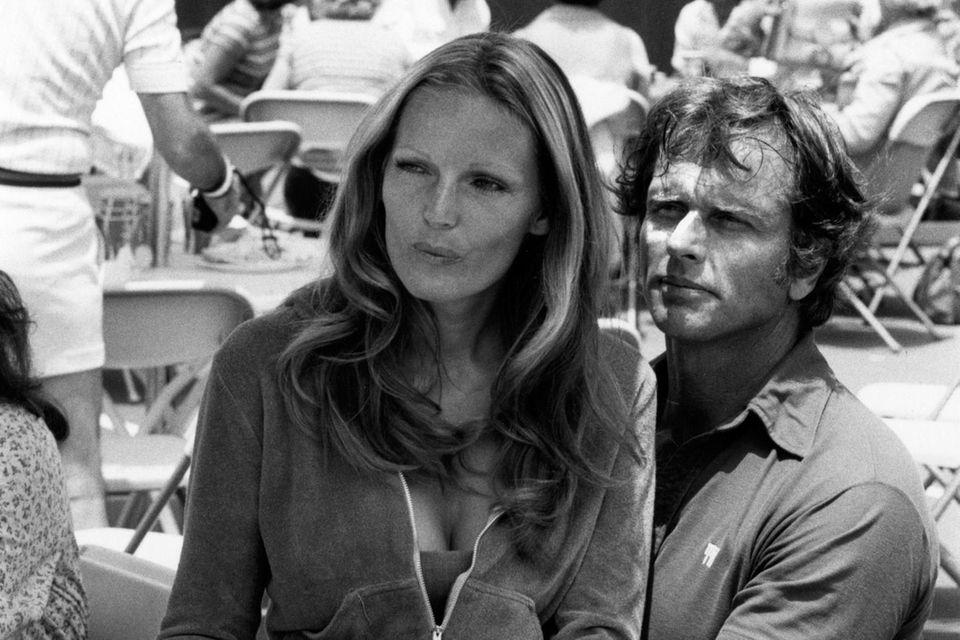 """""""Tarzan""""-Star Ron Ely war seit 1984 mit Valerie Lundeen verheiratet. Hier besucht das Paar 1977 ein Tennisturnier."""