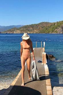 """Hat Storm Keating, die Frau von Popstar Ronan Keating,etwa den Badeanzug vergessen? Nein, beim genaueren Hinsehen entpuppt sich das """"nackte Nichts"""" als fleischfarbener Bikini. Auch wenn wir Natürlichkeit mögen, ein bisschen Farbe an den richtigen Stellen kann nicht schaden."""