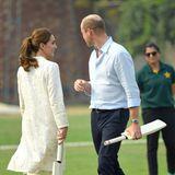 17. Oktober | Tag 4  Für William und Kate geht's zum Sport. Bei der National Cricket Academy heißt es: Nicht nur gucken, selber machen! Das Ehepaar greift also persönlich zu denSchlägern.