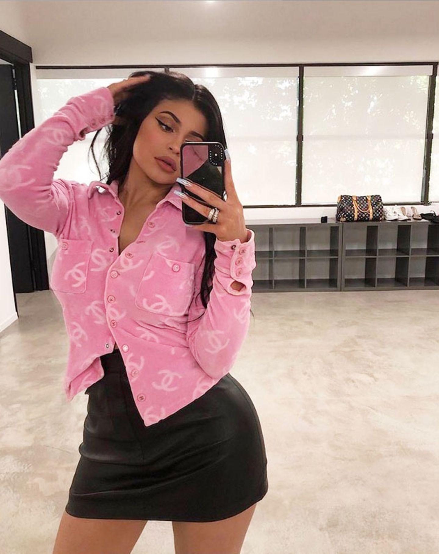 Kunst im Gesicht: Kylie Jenner verschmilzt optisch mit ihrer Handy-Hülle.