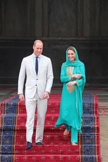 Für den Besuch einer Moschee in Lahore zieht sich Herzogin Catherine um. Sie erscheint in einem türkisfarbenen Ensemble von Designerin Maheen Khan. Gold-gelbe Stickereien an Tunika und Tuch passen perfekt zur prunkvollen Kulisse.