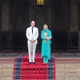 17. Oktober | 4. Tag  Die Royals besichtigten die Moschee und ihren Innenhof. Ein Fotostopp darf dabei natürlich nicht fehlen.