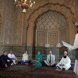 17. Oktober | 4. Tag  Im Inneren der Moschee erhalten Kate und William eine kurze Einführung Geschichte des Gebäudes, bevor sie eingeladen werden, sich mit einer Gruppe religiöser Führer im Schneidersitz zusammenzusetzen, um sich an einer Diskussion teilzunehmen. Ziel ist es zu verstehen, wie die Geistlichen die interreligiöse Harmonie in ihren Gemeinden fördern.