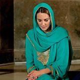 17. Oktober | Tag 4  Die Herzogin von Cambridge ist ins Gebet vertieft.